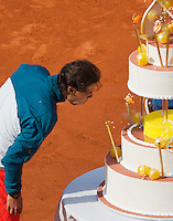 03-06-13, Tennis, France, Paris, Roland Garros,  Rafael Nadal blowing out the candles on his birthdaycake
