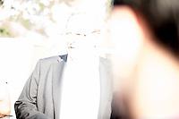 """Nach den pogromartigen Ausschreitungen gegen eine Fluechtlinsunterkunft im saechschen Heidenau am Freitag den 21. August 2015 durch Anwohnerinnen der Ortschaft, kamen am Samstag de 22. August 2015 ca. 250 Menschen in die Ortschaft um ihre Solidaritaet mit den Gefluechteten zu zeigen.<br /> Am Vorabend hatten Rassisten, Nazis und Hooligans sich zum Teil Strassenschlachten mit der Polizei geliefert um zu verhindern, dass Fluechtlinge in einen umgebauten Baumarkt einziehen. Ueber 30 Polizisten wurden dabei verletzt.<br /> Bis in die Abendstunden des 22. August blieb es trotz spuerbarer Anspannung um die Unterkunft ruhig. Im Laufe des Tages wurden immer wieder Gefluechtete mit Reisebussen gebracht was von den wartenenden Heidenauern mit Buh-Rufen begleitet wurde. Vereinzelt wurde auch """"Sieg Heil"""" gerufen, was die Polizei jedoch nicht verfolgte.<br /> Kurz vor 23 Uhr griffen Nazis und Hooligans dann wie am Vorabend die Polizei mit Steinen, Flaschen, Feuerwerkskoerpern und Baustellenmaterial an. Die Polizei mussten mehrfach den Rueckzug antreten, scheuchte den Mob dann von der Fluechtlingsunterkunft weg. Dabei wurden auch wieder Traenengasgranaten verschossen. Mindestens ein Nazi wurde festgenommen.<br /> Im Bild: Juergen Opitz, Buergermeister von Heidenau, erklaert den Gefluechteten, dass er fuer die Situation nichts koenne und saemtliche Verantwortung beim Land Sachsen liege. Die Ausschreitungen am Vorabend seien nicht von Bewohnern Heidenaus ausgegangen.<br /> 22.8.2015, Heidenau<br /> Copyright: Christian-Ditsch.de<br /> [Inhaltsveraendernde Manipulation des Fotos nur nach ausdruecklicher Genehmigung des Fotografen. Vereinbarungen ueber Abtretung von Persoenlichkeitsrechten/Model Release der abgebildeten Person/Personen liegen nicht vor. NO MODEL RELEASE! Nur fuer Redaktionelle Zwecke. Don't publish without copyright Christian-Ditsch.de, Veroeffentlichung nur mit Fotografennennung, sowie gegen Honorar, MwSt. und Beleg. Konto: I N G - D i B a, IBAN DE585001051754001922"""