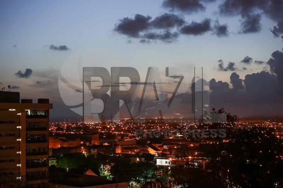 MACEIÓ, AL, 27.12.2016 - CLIMA-AL - Pôr-do-sol é visto do Mirante de Santa Teresinha, parte baixa de Maceió, bairro do Farol, nesta quinta-feira, 29. (Foto: Alisson Frazão/Brazil Photo Press)