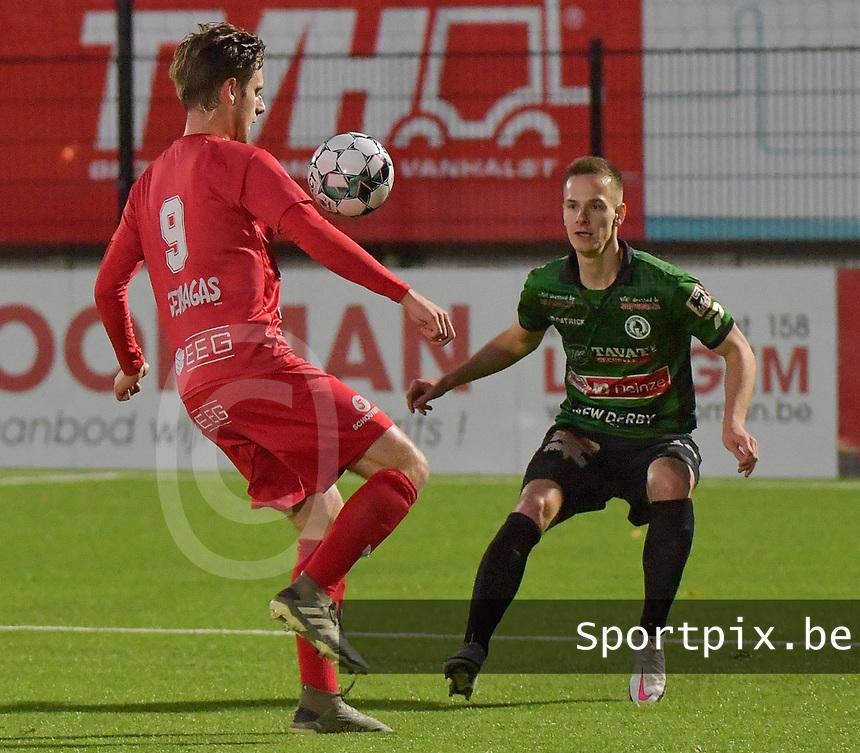 FC GULLEGEM - SPARTA PETEGEM :<br /> Robbe Van Steenkisdte (R) kan enkel toekijken hoe Robbe Dekiere (L) de bal aanneemt<br /> <br /> Foto VDB / Bart Vandenbroucke