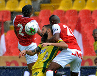 BOGOTA - COLOMBIA, 14-02-2021: Fainer Torijano, Jeison Palacios de Independiente Santa Fe y Alejandro Quintana de Atletico Bucaramanga, disputan el balon durante partido de la fecha 6 entre Independiente Santa Fe y Atletico Bucaramanga, por la Liga BetPlay DIMAYOR I 2021, en el estadio Nemesio Camacho El Campin de la ciudad de Bogota. / Fainer Torijano, Jeison Palacios of Independiente Santa Fe and Alejandro Quintana of Atletico Bucaramanga struggle for the ball during a match of the 6th date between Independiente Santa Fe and Atletico Bucaramanga, for the BetPlay DIMAYOR I 2021 League at the Nemesio Camacho El Campin Stadium in Bogota city. / Photo: VizzorImage / Edgar Cusguen / Cont.