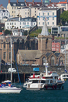 Royaume-Uni, îles Anglo-Normandes, île de Guernesey, Saint Peter Port : le port et l'église de Saint Peter Port // United Kingdom, Channel Islands, Guernsey island, Saint Peter Port, the harbour and town church