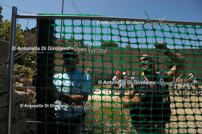 Isola di Pianosa. Pianosa Island.Operai costruiscono un recinto.Workers build a fence.