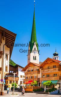 Oesterreich, Tirol, Fruehling im Zillertal, Urlaubsort Zell am Ziller: Ortskern mit Kirche | Austria, Tyrol, springtime at Ziller-Valley, resort Zell am Ziller: village centre with church