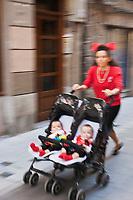 Europe/Espagne/Pays Basque/Guipuscoa/Goierri/Onati<br /> Femme et  ses jumeaux lors de la fête du village