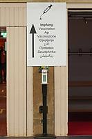 HInweisschild zum Impfbereich - Gross-Gerau 21.12.2020: Impfzentrum Groß-Gerau in der Sporthalle der Martin-Buber Schule
