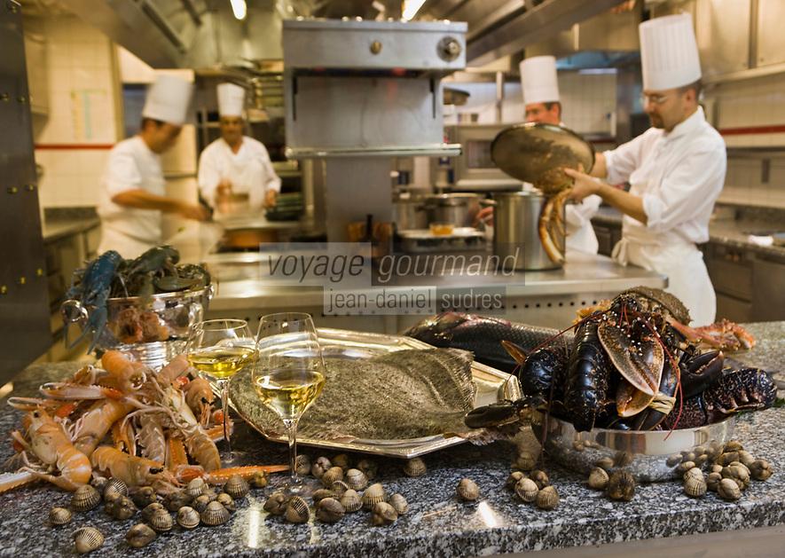 """Europe/France/Ile de France/75008/Paris: Restaurant """"Laurent"""" - Accord mets vins les poissons et crustacés dans les cuisines du restaurant"""