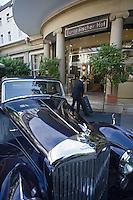 """Europe/Allemagne/Bade-Würrtemberg/Heidelberg: Hotel de l'Europe """"Der Europäische Hof"""" voiturier et Bentley 1949"""