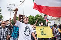 """Ca. 1000 Menschen protestierten am Samstag den 11. Juli 2015 in Berlin mit einer Demonstration anlaesslich des anti-israelischen Al Quds-Tag. Sie riefen Parolen wie """"Kindermoerder Israel"""" und """"Israel raus aus Palaestina"""".<br /> Am sogenannten Al Quds-Tag protestieren weltweit Muslime gegen die Besetzung der palaestinensischen Gebiete durch Israel.<br /> Etwa 2050 bis 300 Menschen protestierten gegen die Demonstration.<br /> Rechts im Bild: Ein Demonstrationsteilnehmer haelt die gelb-gruene Fahne der islamistischen Hisbollah-Partei.<br /> 11.7.2015, Berlin<br /> Copyright: Christian-Ditsch.de<br /> [Inhaltsveraendernde Manipulation des Fotos nur nach ausdruecklicher Genehmigung des Fotografen. Vereinbarungen ueber Abtretung von Persoenlichkeitsrechten/Model Release der abgebildeten Person/Personen liegen nicht vor. NO MODEL RELEASE! Nur fuer Redaktionelle Zwecke. Don't publish without copyright Christian-Ditsch.de, Veroeffentlichung nur mit Fotografennennung, sowie gegen Honorar, MwSt. und Beleg. Konto: I N G - D i B a, IBAN DE58500105175400192269, BIC INGDDEFFXXX, Kontakt: post@christian-ditsch.de<br /> Bei der Bearbeitung der Dateiinformationen darf die Urheberkennzeichnung in den EXIF- und  IPTC-Daten nicht entfernt werden, diese sind in digitalen Medien nach §95c UrhG rechtlich geschuetzt. Der Urhebervermerk wird gemaess §13 UrhG verlangt.]"""