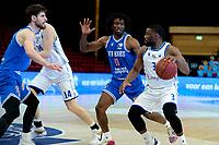 03-04-2021: Basketbal: Donar Groningen v Heroes Den Bosch: Groningen Donar speler Jarred Ogungbemi-Jackson met Den Bosch speler Demario Mayfield, links Den Bosch speler Thomas van der Mars