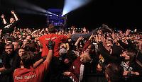 Das Festival With Full Force geht in die 18. Runde. 60 Bands aus der Hardcore-, Punk- und Metallszene haben sich auf dem haertesten Acker Deutschlands nahe Roitzschjora versammelt. Dazu gesellen sich nach Angaben der Veranstalter Sven Borges, Mike Schorler und Roland Ritter fast 30000 Besucher aus aller Welt. Drei Tage lassen die Bands ihre stromgestaehlten Gitarren gluehen und pusten per Mega-Boxenwand das Gras von der Landebahn des Sportflugplatzes. im Bild: Metal-Fans draengen sich beim Auftritt von Bullet for my Valentine gen Buehne, auch ueber die Menge hinweg, so dass die Security eingreifen muss.   Foto: Alexander Bley