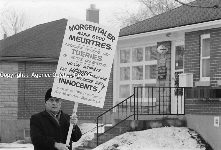 Opposant a l'avortement devant la clinique du Dr Henry Morgentaler<br /> , le 20 novembre 1973.<br /> <br /> PHOTO : Agence Quebec Presse - Alain Renaud