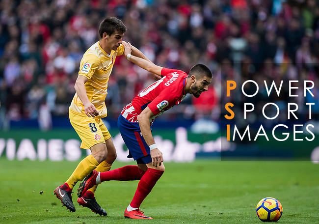 Yannick Ferreira Carrasco of Atletico de Madrid (R) competes for the ball with Pere Pons Riera of Girona FC during the La Liga 2017-18 match between Atletico de Madrid and Girona FC at Wanda Metropolitano on 20 January 2018 in Madrid, Spain. Photo by Diego Gonzalez / Power Sport Images