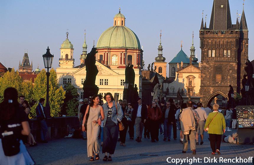Karlsbruecke - Blick auf Altstadt, Altstaedter Brueckenturm,  Kreuzherren-Kirche, Prag, Tschechien, Unesco-Weltkulturerbe