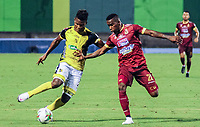BARRANCABERMEJA - COLOMBIA, 25-02-2021: Edwin Torres del Alianza disputa el balón con William Parra del Tolima durante partido por la fecha 9 como parte de la Liga BetPlay DIMAYOR I 2021 entre Alianza Petrolera y Deportes Tolima jugado en el estadio Daniel Villa Zapata de la ciudad de Barrancabermeja. / Edwin Torres of Alianza struggles the ball with William Parra of Tolima during match for the date 9 as part of BetPlay DIMAYOR I 2021 Liga between Alianza Petrolera and Deportes Tolima played at Daniel Villa Zapata stadium in Barrancabermeja city. Photo: VizzorImage / Jose Martinez / Cont