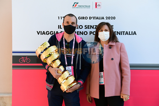 Director of the Regional Passenger Division of Trenitalia and Ivan Basso with the Trofeo Senza Fine at sign on before the start of Stage 11 of the 103rd edition of the Giro d'Italia 2020 running 182km from Porto Sant'Elpidio to Rimini, Italy. 14th October 2020.  <br /> Picture: LaPresse/Jennifer Lorenzini | Cyclefile<br /> <br /> All photos usage must carry mandatory copyright credit (© Cyclefile | LaPresse/Jennifer Lorenzini)