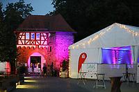 Groß-Gerau 23.08.2018: Volk im Schloss<br /> Torhaus des Dornheimer Schloss mit Festzelt farbig angestrahlt Foto: Vollformat/Marc Schüler, Schäfergasse 5, 65428 R'heim, Fon 0151/11654988, Bankverbindung KSKGG BLZ. 50852553 , KTO. 16003352. Alle Honorare zzgl. 7% MwSt.