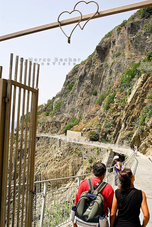 """Due cuori all'inizio della """"Via dell'Amore"""" a Riomaggiore (La Spezia), alle Cinque Terre --- Two hearts at the beginning of the """"Via dell'Amore"""" (The Way of Love) at Riomaggiore (La Spezia) in the Cinque Terre National Park"""