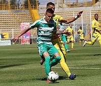 BOGOTÁ - COLOMBIA, 26-01-2019:Walmer Pacheco (Izq.) jugador de La Equidad  disputa el balón con Michael Lopez (Der.) jugador del  Atlético Huila durante partido por la fecha 1 de la Liga Águila I 2019 jugado en el estadio Metropolitano de Techo de la ciudad de Bogotá. /Walmer Pacheco (L) player of La Equidad fights the ball  against of Michael Lopez (R) player of Atletico  Huila during the match for the date 1 of the Liga Aguila I 2019 played at the Metroplitano de Techo  stadium in Bogota city. Photo: VizzorImage / Felipe Caicedo / Staff.