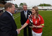 Finale Beker van West-Vlaanderen Dames : FC Menen United - KEG Gistel : kapitein Cindy Beerlandt (rechts) ontvangt de beker uit handen van Alex Debruyne (midden) en Urbain Vanhaecke (links) <br /> foto VDB / BART VANDENBROUCKE