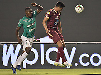 PALMIRA - COLOMBIA, 31-10-2020: Kevin Moreno del Cali disputa el balón con Francisco Rodriguez del Tolima durante partido entre Deportivo Cali y Deportes Tolima por la fecha 17 de la Liga BetPlay DIMAYOR 2020 jugado en el estadio Deportivo Cali de la ciudad de Palmira. / Kevin Moreno of Cali vies for the ball with Francisco Rodriguez of Tolima during match between Deportivo Cali and Deportes Tolima for the date 17 as part of BetPlay DIMAYOR League 2020 played at Deportivo Cali stadium in Palmira city.  Photo: VizzorImage / Gabriel Aponte / Staff