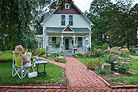 Artist paints house and flowers in a winning garden during WesterFlora tour for 2010