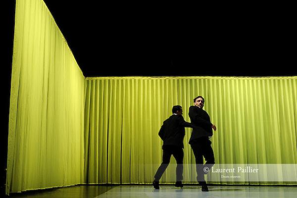 SLOGANS....Danse, conception, scénographie et chorégraphie d'Hervé Robbe..Musique : Beethoven Concerto pour piano no 3, op. 56..Avec Julien Andujar, Émilie Cornillot, Bastien Lefèvre, Alexis Jestin et Emmanuelle Grach..Lumières de François Maillot..Vidéo et conception sonore de Vincent Bosc..Théâtre 71..Ville : Malakoff..Le 12/02/2013..© Laurent Paillier / photosdedanse.com