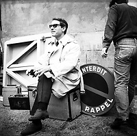 """Tournage du film """"La Bourse ou la Vie"""" de Jean Pierre Mocky, dans le quartier de St Sernin, Tououse, France, novembre 1965<br /> <br /> . Le 2 novembre 1965. Vue de Jean Poiret<br /> <br /> PHOTO:  Fonds André Cros,"""