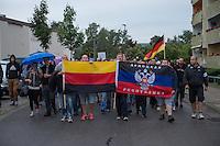 """Protest gegen Fluechtlingsunterkunft in Heidenau.<br /> Etwa 150-200 ogenannte """"besorgter Buerger"""", Hooligans und Nazis uzogen am Freitag den 28. August mit einer Demonstration durch Heidenau um gegen die Fluechtlingsunterkunft in ihrer Stadt zu demonstrieren. Der Pegida-Anwalt Jens Lorek trat zwar nur als Ordner auf, hatte aber das sagen auf der Demonstration.<br /> Im Bild: Demonstranten tragen eine Russische Fahne und die Deutschlandfahne. Die Deutschlandfahne wird als Zeichen der Ablehnung der Bundesrepublik verkehrt herum Kopf getragen.<br /> 28.8.2015, Heidenau<br /> Copyright: Christian-Ditsch.de<br /> [Inhaltsveraendernde Manipulation des Fotos nur nach ausdruecklicher Genehmigung des Fotografen. Vereinbarungen ueber Abtretung von Persoenlichkeitsrechten/Model Release der abgebildeten Person/Personen liegen nicht vor. NO MODEL RELEASE! Nur fuer Redaktionelle Zwecke. Don't publish without copyright Christian-Ditsch.de, Veroeffentlichung nur mit Fotografennennung, sowie gegen Honorar, MwSt. und Beleg. Konto: I N G - D i B a, IBAN DE58500105175400192269, BIC INGDDEFFXXX, Kontakt: post@christian-ditsch.de<br /> Bei der Bearbeitung der Dateiinformationen darf die Urheberkennzeichnung in den EXIF- und  IPTC-Daten nicht entfernt werden, diese sind in digitalen Medien nach §95c UrhG rechtlich geschuetzt. Der Urhebervermerk wird gemaess §13 UrhG verlangt.]"""