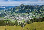Austria, Tyrol, above Kitzbuhel: view from Hahnenkamm cable car station towards Kitzbuehel Town, at background Kitzbueheler Horn mountain | Oesterreich, Tirol, oberhalb Kitzbuehel: Blick von der Hahnenkammbahn Hochkitzbuehel hinunter auf den Ort Kitzbuehel, im Hintergrund das Kitzbueheler Horn