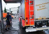 Geraetewart Christian Grölz reinigt das Einsatzfahrzeug der Feuerwehr Walldorf - Moerfelden-Walldorf 14.08.2020: Aufräumarbeiten bei der Feuerwehr Walldorf nach dem großen Waldbrand nahe dem Frankfurter Flughafen, emonline