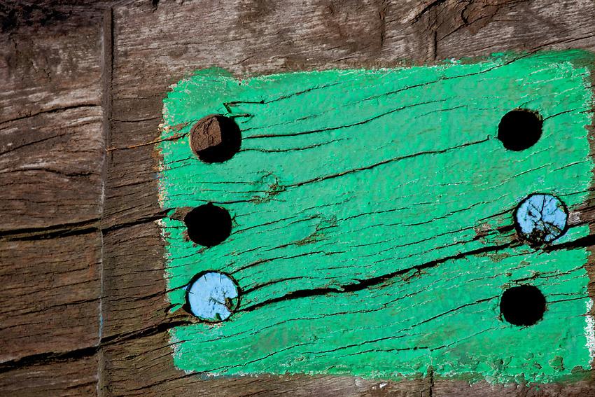 Europa, DEU, Deutschland, Nordrhein-Westfalen, Ruhrgebiet, Bottrop, Halde Haniel, Installation Totems vom baskischen Maler und Bildhauer Agustín Ibarrola aus Eisenbahnschwellen, Kunst, Kunstwerke, Bildende Kunst, Kuenste, Skulptur, Skulpturen, Tourismus, Touristik, Touristisch, Touristisches, Urlaub, Reisen, Reisen, Ferien, Urlaubsreise, Freizeit, Reise, Reiseziele, Ferienziele, Die Halde Haniel in Bottrop (an der Grenze zu Oberhausen-Koenigshardt) ist mit 159 m Hoehe (184,9 m ueber Normalnull) eine der hoechsten Halden des Ruhrgebiets. Die Halde ist ein Panorama der Route der Industriekultur und bietet die Aussicht ueber das nahegelegene Bergwerk und das nordwestliche Ruhrgebiet. 2002 wurde die Installation Totems vom baskischen Maler und Bildhauer Agustín Ibarrola aus ueber einhundert Eisenbahnschwellen geschaffen. Die Arbeit verbindet die scheinbaren Gegensaetze von Industrieraum und Natur (Aussage des Kuenstlers).    Quelle:https://de.wikipedia.org/wiki/Halde_Haniel<br /> <br /> [Fuer die Nutzung gelten die jeweils gueltigen Allgemeinen Liefer-und Geschaeftsbedingungen. Nutzung nur gegen Verwendungsmeldung und Nachweis. Download der AGB unter http://www.image-box.com oder werden auf Anfrage zugesendet. Freigabe ist vorher erforderlich. Jede Nutzung des Fotos ist honorarpflichtig gemaess derzeit gueltiger MFM Liste - Kontakt, Uwe Schmid-Fotografie, Duisburg, Tel. (+49).2065.677997, ..archiv@image-box.com, www.image-box.com]