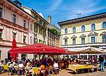 Schweiz, Tessin, Bellinzona: Markt + Cafes auf der Piazza Collegiata und das Grand Castello | Switzerland, Ticino, Bellinzona: market + cafes at Piazza Collegiata + Grand Castello