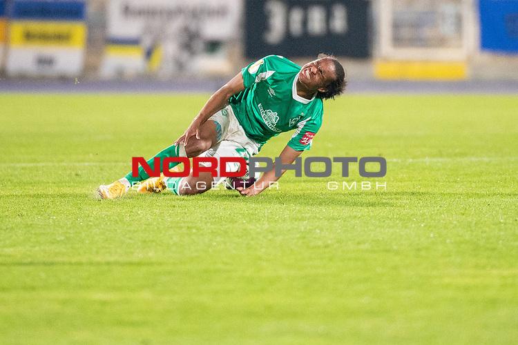 12.09.2020, Ernst-Abbe-Sportfeld, Jena, GER, DFB-Pokal, 1. Runde, FC Carl Zeiss Jena vs SV Werder Bremen<br /> <br /> <br /> Foul an Tahith Chong (Werder Bremen #22) Verletzung / verletzt / Schmerzen<br /> <br />  <br /> <br /> <br /> Foto © nordphoto / Kokenge