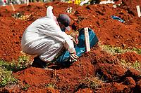 São Paulo , SP, 01.04.2021 -  Abertura de Sepulturas Cemitério Vila Formosa-SP - Funcionários entiqueta saco com ossos  na manhã desta quinta -feira (01) , para abertura de novas sepulturas no Cemitério Vila Formosa.