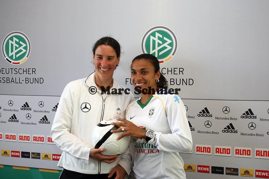 Birgit Prinz (D) und Marta (BRA)<br /> PK zum Laenderspiel Deutschland vs. Brasilien *** Local Caption *** Foto ist honorarpflichtig! zzgl. gesetzl. MwSt. Auf Anfrage in hoeherer Qualitaet/Aufloesung. Belegexemplar an: Marc Schueler, Am Ziegelfalltor 4, 64625 Bensheim, Tel. +49 (0) 151 11 65 49 88, www.gameday-mediaservices.de. Email: marc.schueler@gameday-mediaservices.de, Bankverbindung: Volksbank Bergstrasse, Kto.: 151297, BLZ: 50960101