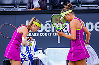 Den Bosch, Netherlands, 13 June, 2018, Tennis, Libema Open, Aleksandra Krunic (SRB) (L) and Bibiane Schoofs (NED) passing eachother during changeover<br /> Photo: Henk Koster/tennisimages.com