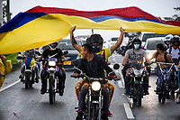 ARMENIA - COLOMBIA, 01-05-2021: Manifestantes transitan sobre la Autopista del Café, vía principal que comunica los departamentos del Quindío y Risaralda, para reunirse en un punto de concentración durante la jornada del Día del trabajo en Colombia hoy, 01 de mayode 2021, además se mantiene la protesta por la reforma tributaria que adelanta el gobierno de Ivan Duque además de la precaria situación social y económica que vive Colombia. El paro fue convocado por sindicatos, organizaciones sociales, estudiantes y la oposición y sumando el día del trabano lleva 4 días de marchas y protestas. / Protesters travel on the Autopista del Café, the main road that connects the departments of Quindío and Risaralda, to meet at a concentration point during the day of Labor Day in Colombia today, May 1, 2021, in addition, the protest against the tax reform that the government of Ivan Duque is advancing in addition to the precarious situation is maintained. social and economic life in Colombia. The strike was called by unions, social organizations, students and the opposition and adding the day of labor has 4 days of marches and protests. Photo: VizzorImage / Santiago Castro / Cont