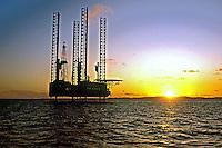 Torre de perfuração de petróleo em Salvador. Bahia. 1985. Foto de Ricardo Malta.