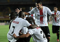 BOGOTA - COLOMBIA - 24-04-2016: David Cortes (Izq.), jugador de Cortulua, celebra el gol anotado a Independiente Santa Fe durante partido por la fecha 6 entre Independiente Santa Fe y Cortulua,  de la Liga Aguila I-2016, en el estadio Nemesio Camacho El Campin de la ciudad de Bogota.  / David Cortes (L), player of Cortulua, celebrates a goal scoring to Independiente Santa Fe during a match of the 6 date between Independiente Santa Fe and Cortulua, for the Liga Aguila I -2016 at the Nemesio Camacho El Campin Stadium in Bogota city, Photo: VizzorImage / Luis Ramirez / Staff.
