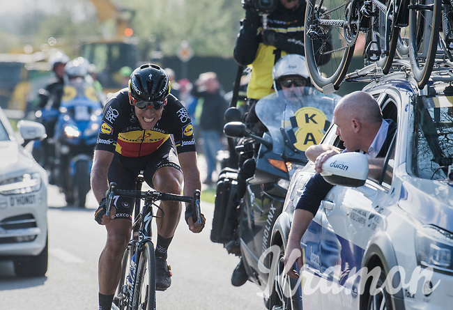 DS Tom Steels with some last motivation shouts for Philippe Gilbert (BEL/Quick Step floors) in the final kilometers towards the finish in Oudenaarde<br /> <br /> 101th Ronde Van Vlaanderen 2017 (1.UWT)<br /> 1day race: Antwerp › Oudenaarde - BEL (260km)