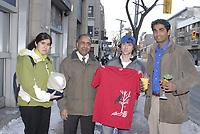 Le ministre des Petites Entreprises et de l'Entrepreneuriat, Harinder Takhar, accompagné par des étudiants lauréats du programme Entreprise d'été, devant le studio de Breakfast Television à Toronto. Les étudiants, de gauche à droite : Abeer Al-Azzawi (Queendom Hijabs), Adam Lucci (Mercury Apparel), Orel Samson (Exotic Fruits). (Groupe CNW/Ministère des Petites Entreprises et de l'Entrepreneuriat de l'Ontario)