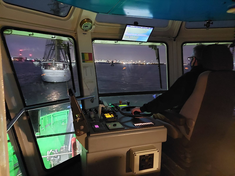 Having assessed the risks in the manoeuvring capabilities of the vessel and the accessibility of her berth, the Harbourmaster and pilots decided one tug, the Shackleton, should accompany STV Danmark.