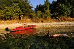 Kanu an einem einsamen Strand; Canoe on a solitary beach near Glavotok, Krk Island, Dalmatia, Croatia. Insel Krk, Dalmatien, Kroatien. Krk is a Croatian island in the northern Adriatic Sea, located near Rijeka in the Bay of Kvarner and part of the Primorje-Gorski Kotar county. Krk ist mit 405,22 qkm nach Cres die zweitgroesste Insel in der Adria. Sie gehoert zu Kroatien und liegt in der Kvarner-Bucht suedoestlich von Rijeka.
