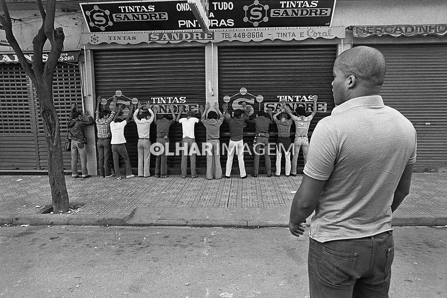 Agente policial Kojak, da policia reservada da PM prende metalurgicos durante a greve do ABC. São Bernardo do Campo. São Paulo. 1980. Foto Edu Simões