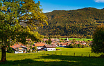 Deutschland, Bayern, Chiemgau, Schleching: Herbststimmung im Achental, Bergsteigerdorf Schleching mit Pfarrkirche St. Remigius | Germany, Upper Bavaria, Achen Valley, Schleching: autumn scene with mountaineer village Schleching and parish church St Remigius