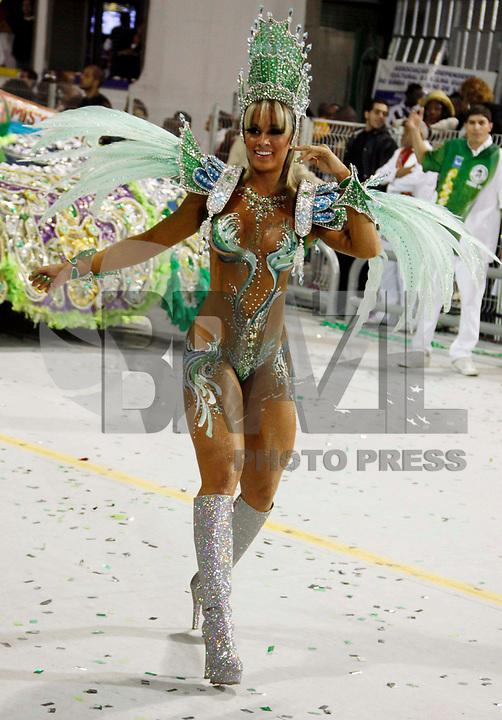 SÃO PAULO, SP, 04 DE MARÇO DE 2011 - CARNAVAL 2011 / MANCHA VERDE - A panicat Juliana Salimeni da Mancha Verde, durante o primeiro dia dos desfiles as escolas do Grupo Especial de São Paulo, no Sambódromo do Anhembi, zona norte da capital paulista, na madrugada deste sábado. (FOTO: WILLIAM VOLCOV / NEWS FREE).