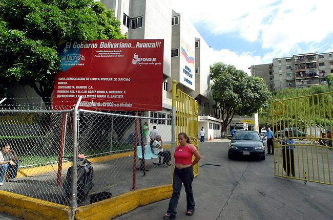 """Programm Barrio Adentro in Venezuela<br /> Mit dem sog. Programm Barrio Adentro versucht die Regierung des venezuelanischen Praesidenten Chavez die Gesundheitsversorgung, die Bildung und Lebensmittelversorgung in sozial benachteiligten Gebieten herzustellen. Es wurden u.a. Hospitales Pupular (Volkskrankenhaeuser) und Polikliniken errichtet, in denen z.B. die Gesundheitsversorgung für alle in den jeweiligen Stadtbezirk lebenden Menschen kostenlos ist.<br /> Organisiert werden die einzelnen Projekte (span. Modules) von den Volks-Versammlungen in den Bezirken und nicht zentral von der Regierung. Diese stellt nur die noetigen Mittel zur Verfuegung.<br /> Hier: Die """"Clinica Popular"""" im Armenbezirk Caricuao.<br /> 6.11.2004, Caracas / Venezuela<br /> Copyright: Christian-Ditsch.de<br /> [Inhaltsveraendernde Manipulation des Fotos nur nach ausdruecklicher Genehmigung des Fotografen. Vereinbarungen ueber Abtretung von Persoenlichkeitsrechten/Model Release der abgebildeten Person/Personen liegen nicht vor. NO MODEL RELEASE! Nur fuer Redaktionelle Zwecke. Don't publish without copyright Christian-Ditsch.de, Veroeffentlichung nur mit Fotografennennung, sowie gegen Honorar, MwSt. und Beleg. Konto: I N G - D i B a, IBAN DE58500105175400192269, BIC INGDDEFFXXX, Kontakt: post@christian-ditsch.de<br /> Bei der Bearbeitung der Dateiinformationen darf die Urheberkennzeichnung in den EXIF- und  IPTC-Daten nicht entfernt werden, diese sind in digitalen Medien nach §95c UrhG rechtlich geschuetzt. Der Urhebervermerk wird gemaess §13 UrhG verlangt.]"""