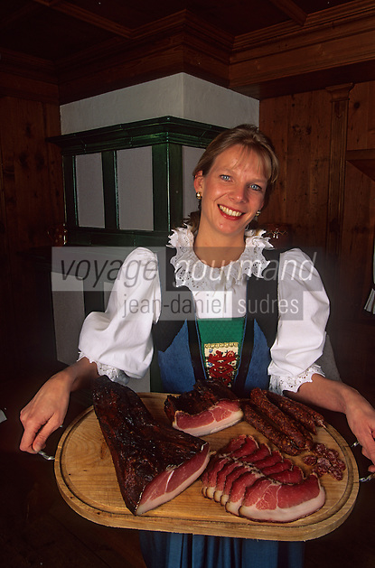 "Europe/Autriche/Tyrol/Brixelegg : Restaurant Gathof ""Herrnhaus"" - Alexandra Moigg -Service des charcuteries de montagne [Non destiné à un usage publicitaire - Not intended for an advertising use]"