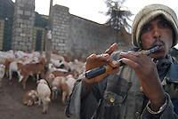 Addis Abeba, pastore con flauto